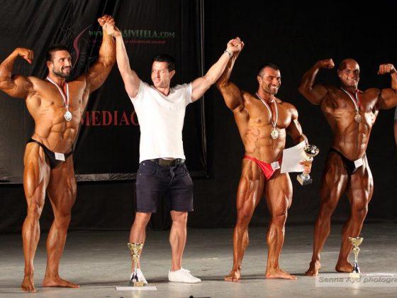 Организаторът Румен Желев награждава победителите в категория над 95кг