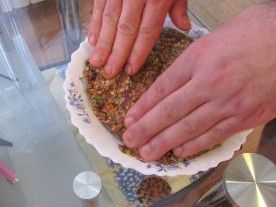 Овкусете каймата с подправките и добавете доматеното пюре