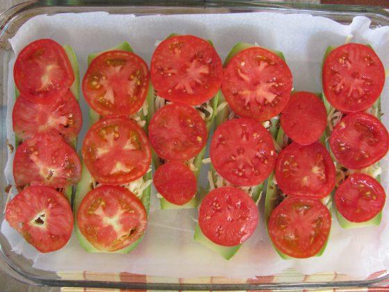 ...нареждаме нарязаните на кръгове домати