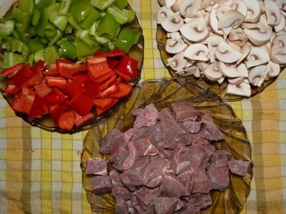 Нарязваме на не много големи парчета месото, гъбите и чушките