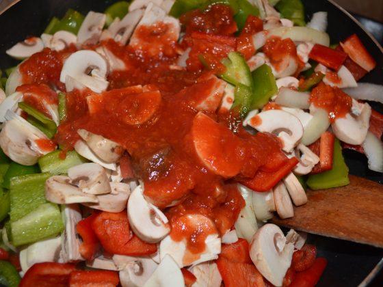 ...и сипваме доматеното пюре