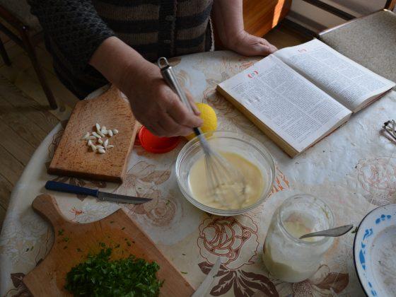 ...подготвяме застройката като разбъркваме яйцето в киселото мляко