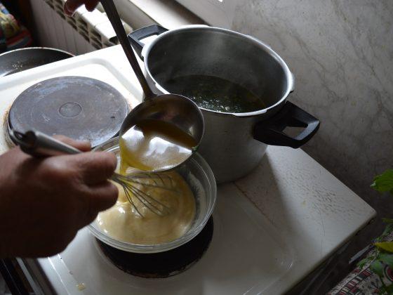 ставаме супата да поври 10 минути, след което я застрояваме със застройката и...