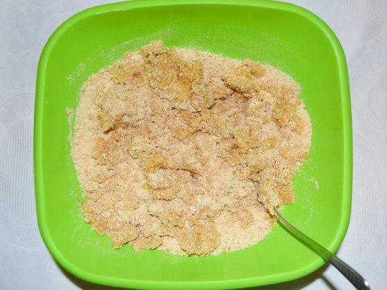 чийзкейк с боровинки - разбъркване на бисквитите и маслото