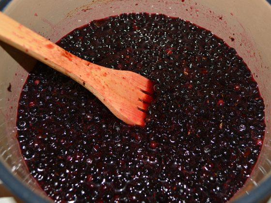 чийзкейк с боровинки - приготвяне на боровинковия сос