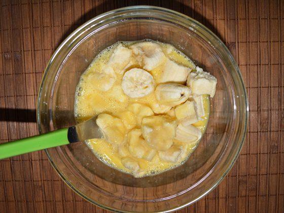 ... добавяме смачканите на малки парченца банани.