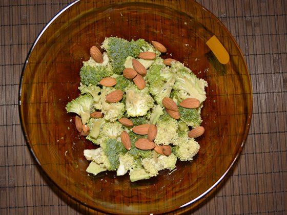 салата броколи, бадеми и авокадо - добавяне на бадемите
