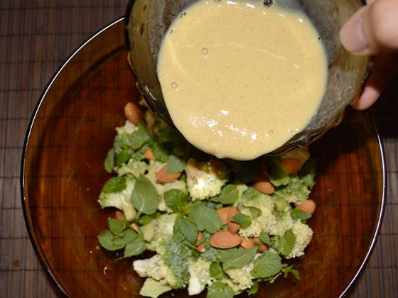 салата броколи, бадеми и авокадо - добавяне на дресинга