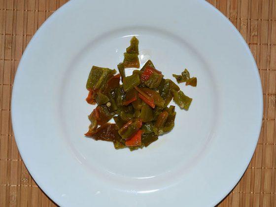 салата с броколи и фусили - нарязваме печения пипер
