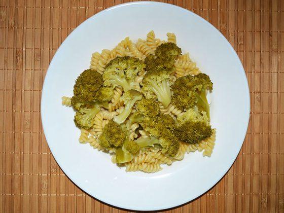 салата с броколи и фусили - добавяме сварените броколи