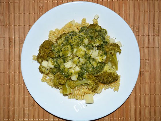 салата с броколи и фусили - добавяне на дресинга в порцията