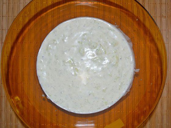 смесване на краставицата с киселото мляко