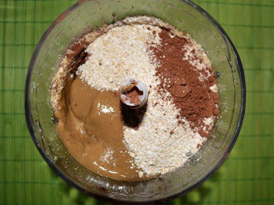 сурови топчонбони - добавяне на съставките в блендера