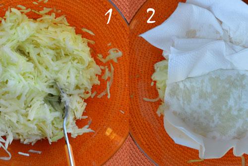 Настържете картофите и тиквичките и попийте водата с хартиени салфетки.