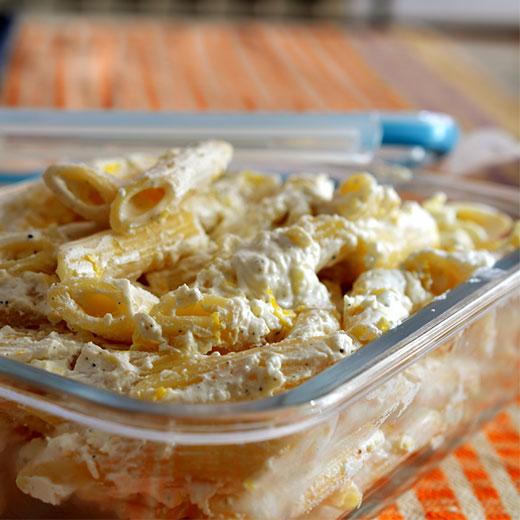 Макарони с извара в кутия за храна