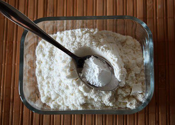 Смесете брашното със содата