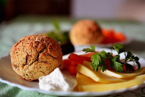 Сервирайте със сирена и зеленчуци.