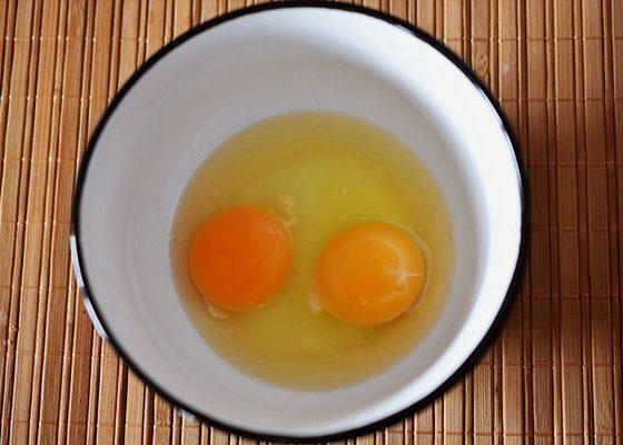 Сложете яйцата в купичка